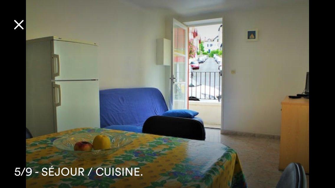 Dans le centre-ville de Biarritz, avenue de Verdun. Location meublé saisonnière pour6 mois maximum (mi janvierà mi juin 2019). T2 de 27 m2 en RDC se composant d'une pièce de vie avec cuisine équipée avec accès terrasse, une chambre avec placard, une salle d'eau avec wc. Loyer400 euros CC (eau comprise). Honoraire agence 200 euros. A VISITER AVEC L'AGENCE IMMOBILIERE BIARRITZ AU 06.19.36.04.79.
