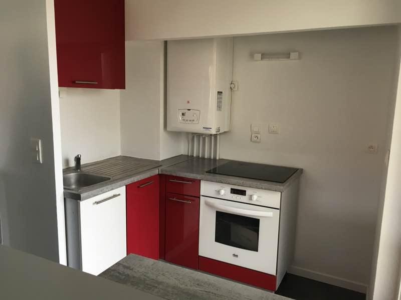 Joli T2 entièrement rénové comprenant un couloir desservant un cellier, une chambre, une pièce de vie avec cuisine, et une salle d'eau avec WC en plein centre en rez de jardin sans vis à vis.