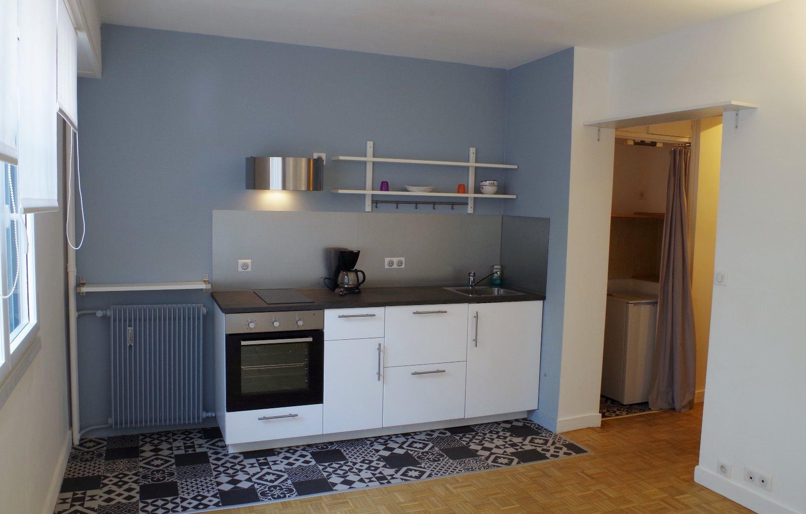 Dans une résidence bien entretenue, studio d'environ 23 m² réaménagé et sans travaux. Se composant d'une entrée avec placard, 1 pièce de vie avec cuisine équipée et une salle d'eau avec wc. Possibilité d'acquérir le studio entièrement meublé! A VISITER RAPIDEMENT AVEC L'AGENCE IMMOBILIERE BIARRITZ AU 05.59.24.57.44.