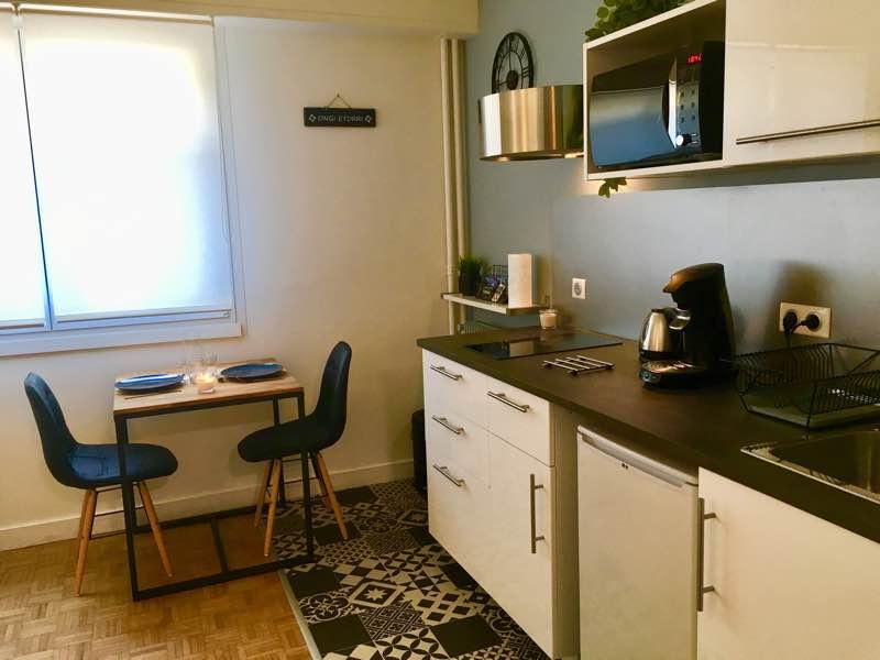 Location meublée étudiante de6 mois(15 janvier/15 juin2019). Studio rénové de 23 m2 donnant accès au tout à pied. Se compose d'une entrée, pièce de vie avec cuisine équipée, salle d'eau avec wc. Loyer 500 euros CC (avec eau froide/chaud- chauffage- électricité - internet). Rénové en 2018.A VISITER AVEC L'AGENCE IMMOBILIERE BIARRITZ AU 06.19.36.04.79.