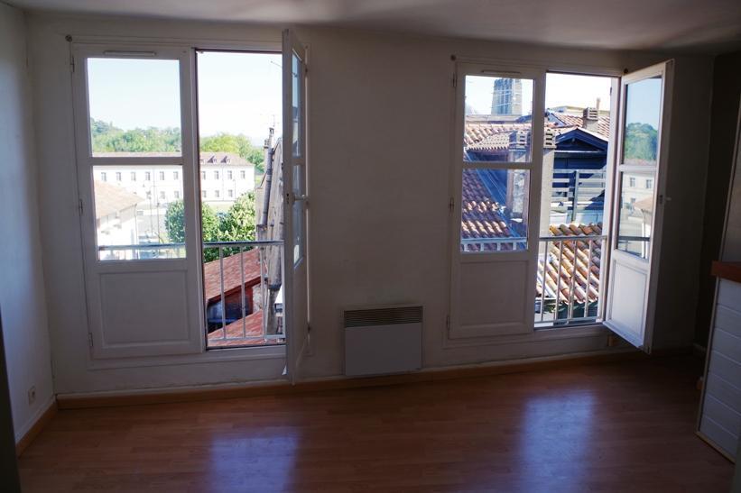 Appartement T3 de 63 m² dernier étage traversant. Se compose d'un séjour, une cuisine séparée, 2 chambres, une salle d'eau avec WC et un dégagement. Libre immédiatement. DPE: D(217) GES: C(11).
