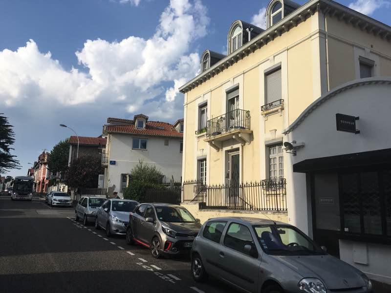 COMPROMIS EN COURS. Studio vendu meublé en plein centre-ville (rue très calme) ce bien bénéficie d'une situation idéale pour un investissement locatif ou pour un pied-à-terre.