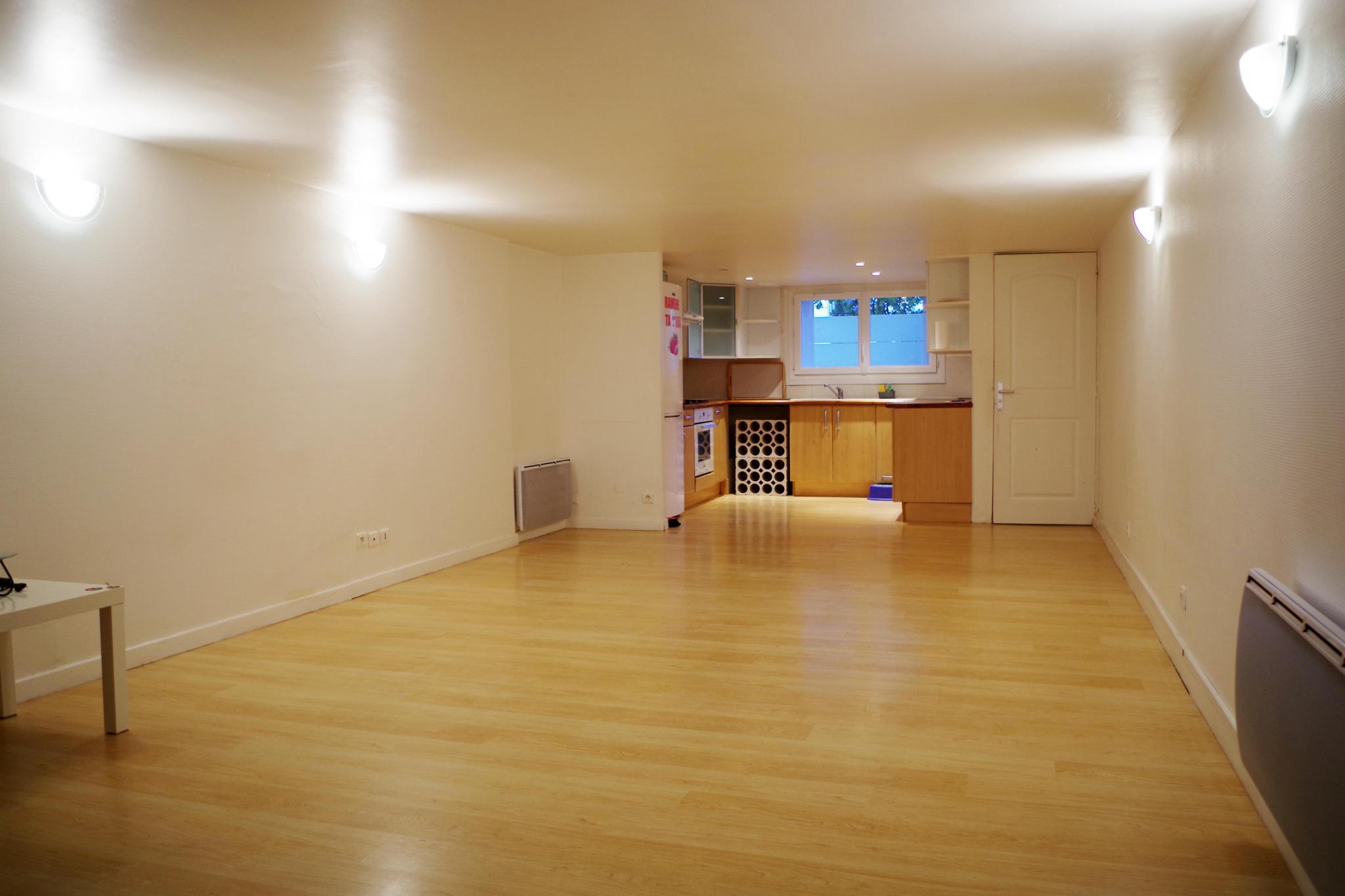 Proche du stade Aguilera (15 min à pied) , dans une rue au calme avec possibilité de stationner son véhiculegratuitement. Appartement en duplex se composant d'une grande pièce de vie avec cuisine ouverte (30 m2), wc séparé. À l'étage dégagement donnant l'accès sur 2 chambres (1 aveugle) et salle de bains avec wc. Pas de travux à prévoir dans l'appartement. A VISITER AVEC L'AGENCE IMMOBILIERE BIARRITZ AU 05.59.24.57.44